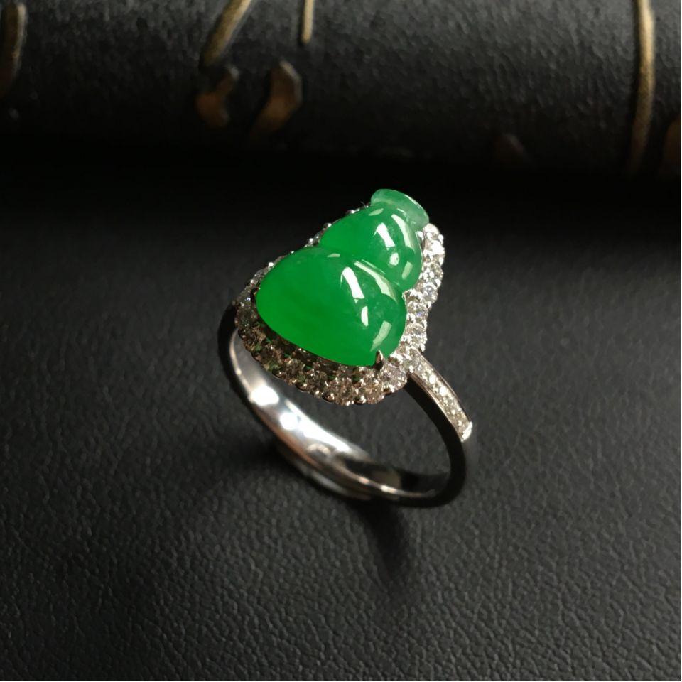 糯冰种翠色镶白金钻石葫芦戒指