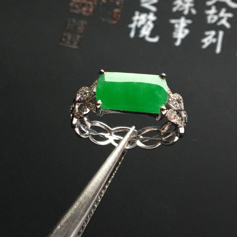 镶白金钻石糯冰种翠色戒指