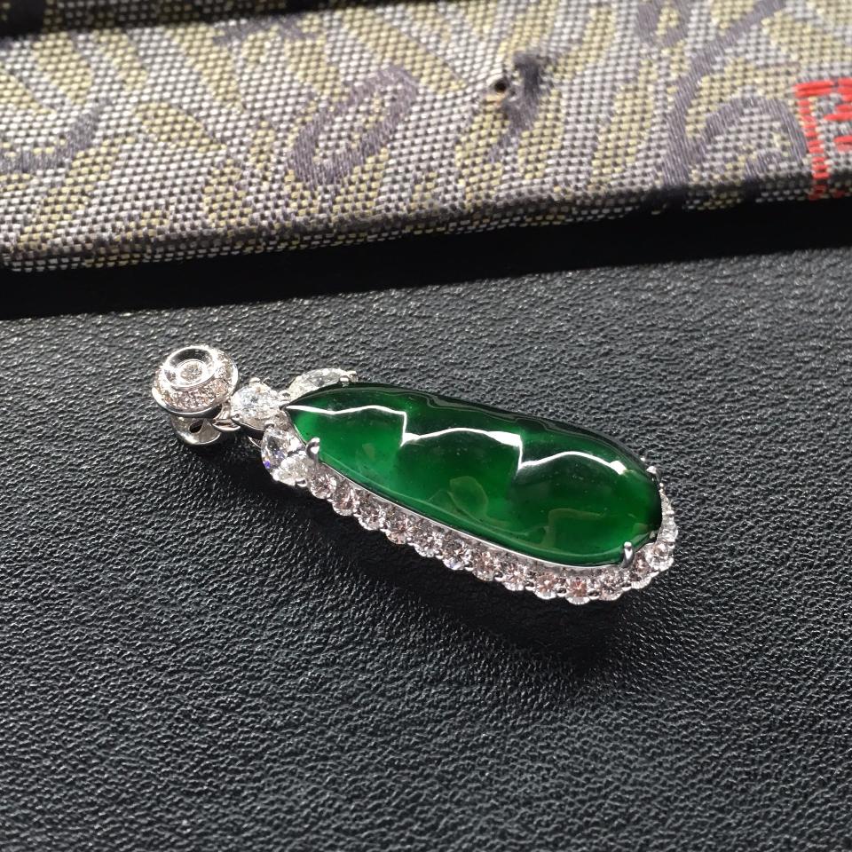 冰种蓝绿镶白金钻石四季豆胸坠