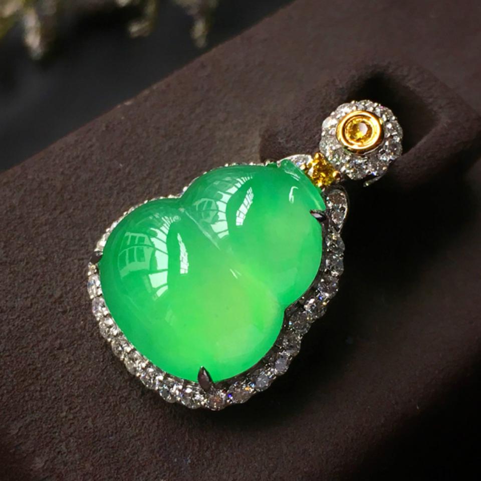 镶彩金钻石冰种苹果绿葫芦胸坠