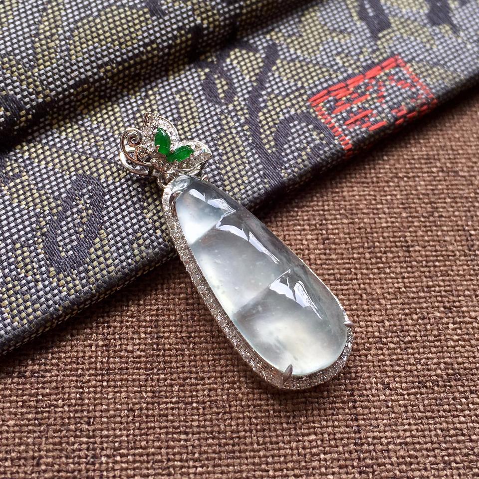 正冰种淡晴水镶白金钻石四季豆吊坠