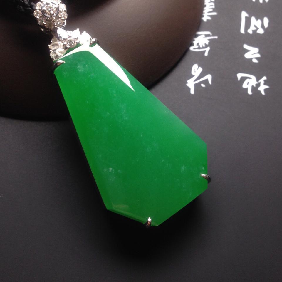 冰种阳绿镶白金钻石无事牌胸坠翡翠