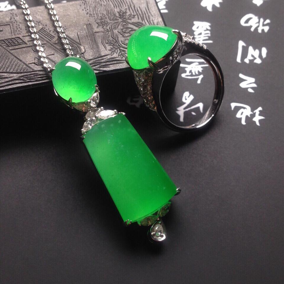 冰种苹果绿镶白金钻石戒指、胸坠一套翡翠