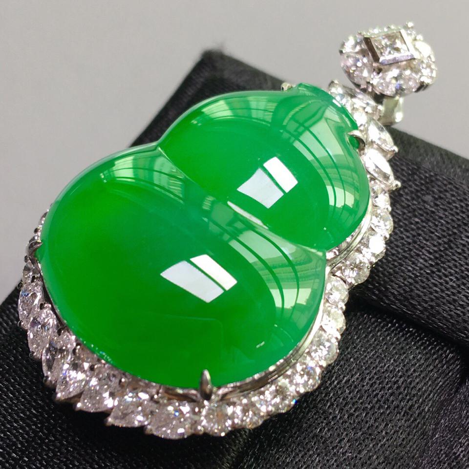 冰种阳绿镶白金钻石葫芦胸坠翡翠