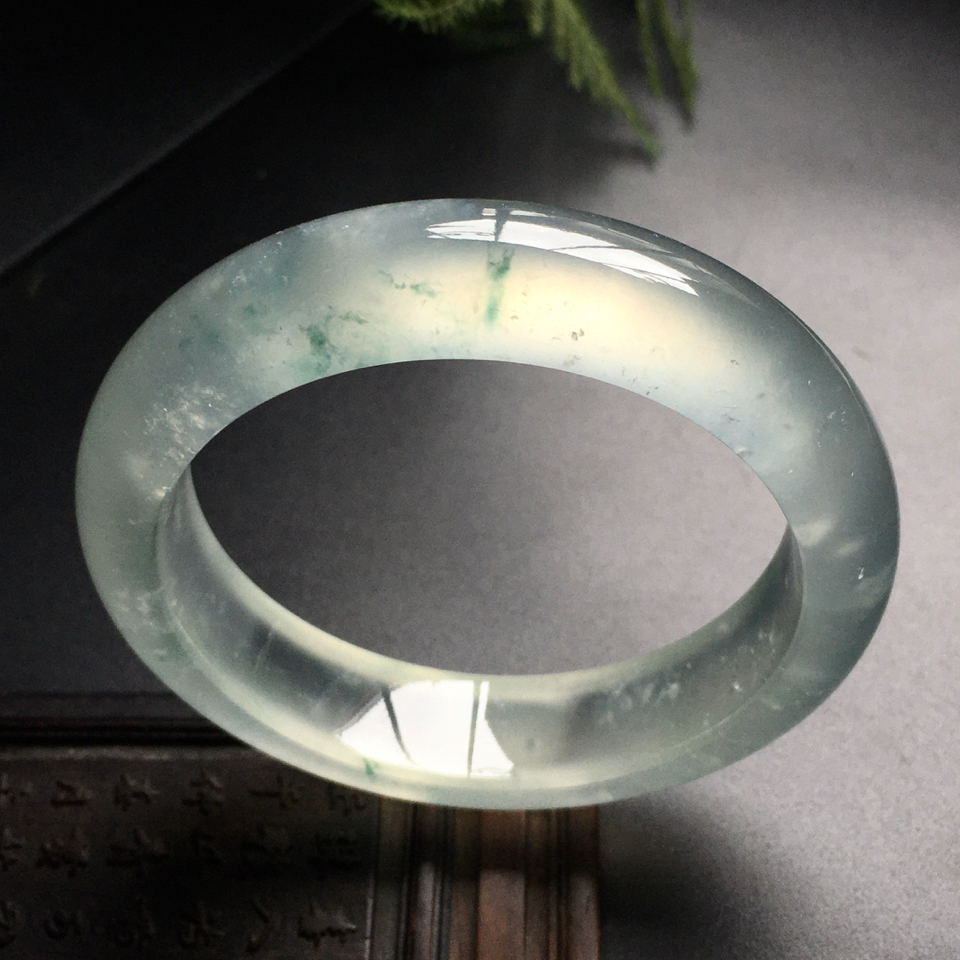 冰玻种略飘花手镯(55mm)翡翠