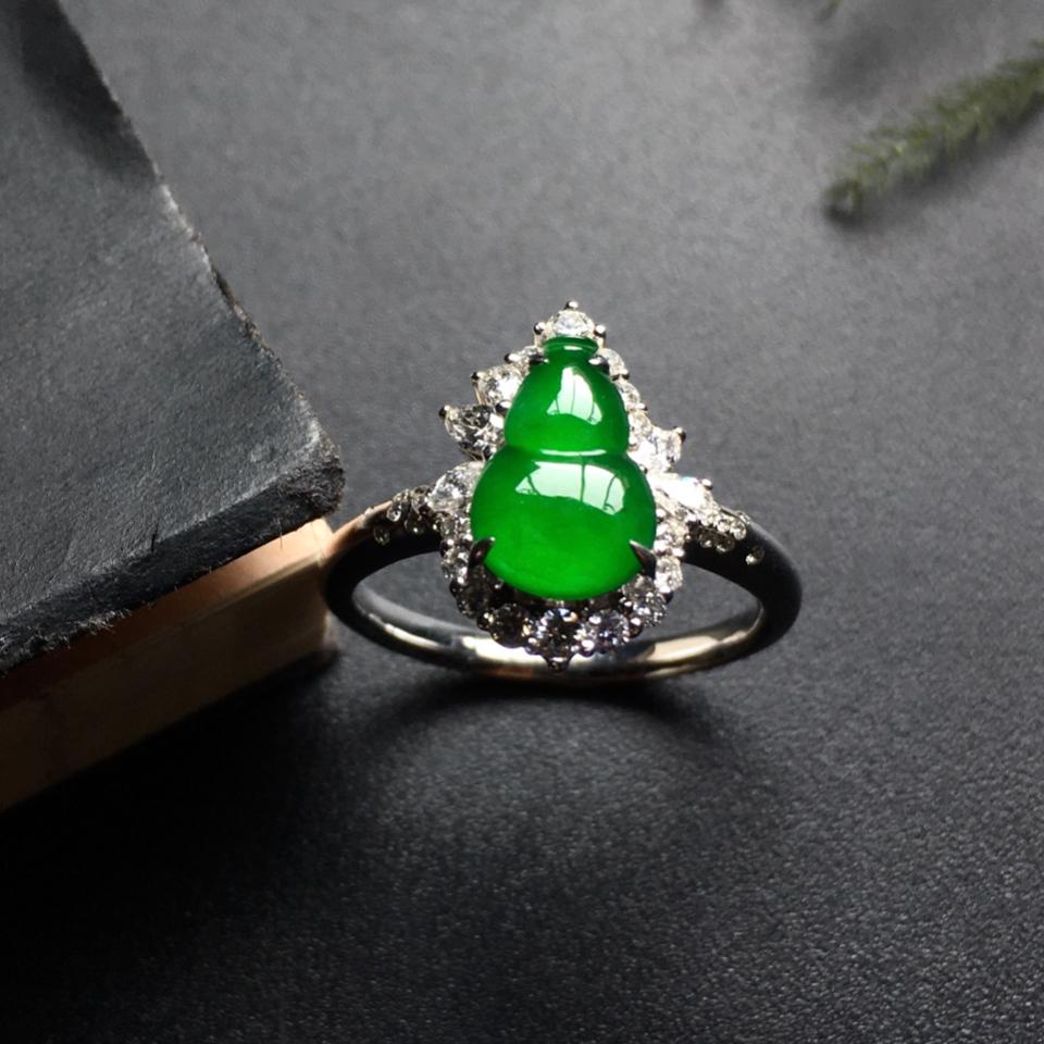 冰种阳绿镶白金钻石葫芦戒指翡翠