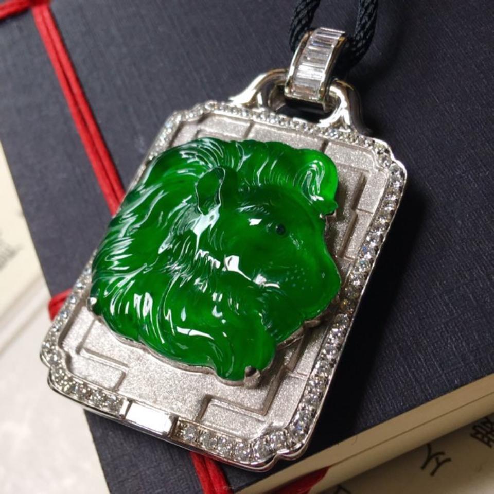 冰种满绿镶白金钻石狮子头挂件翡翠
