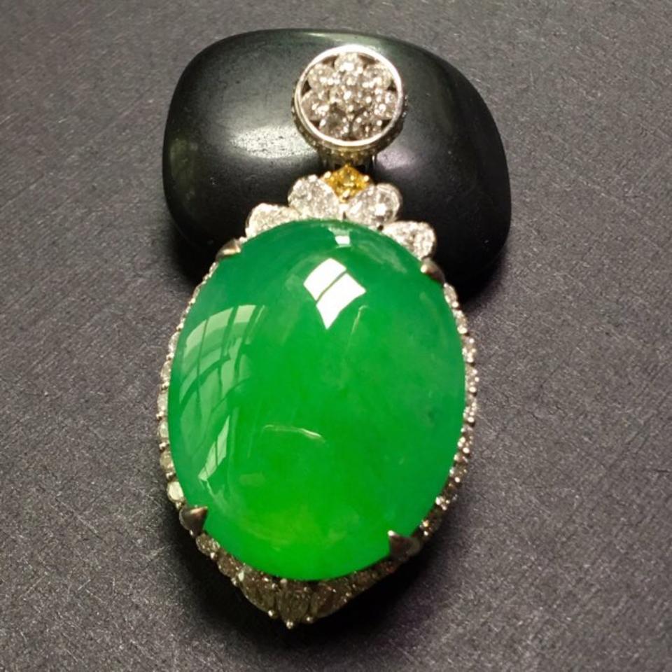 冰种阳绿镶白金钻石胸坠翡翠