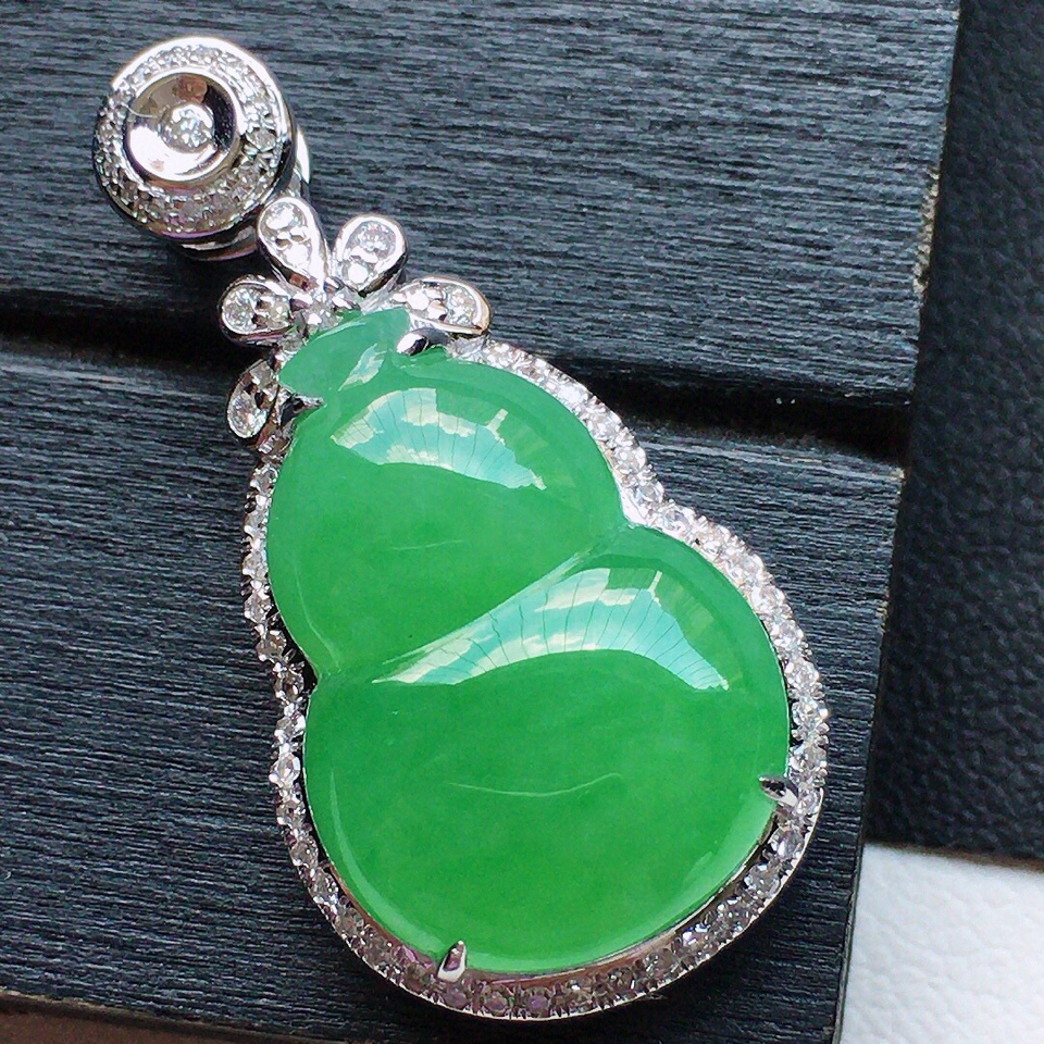 缅甸翡翠18K金伴钻镶嵌糯冰种满绿葫芦吊坠
