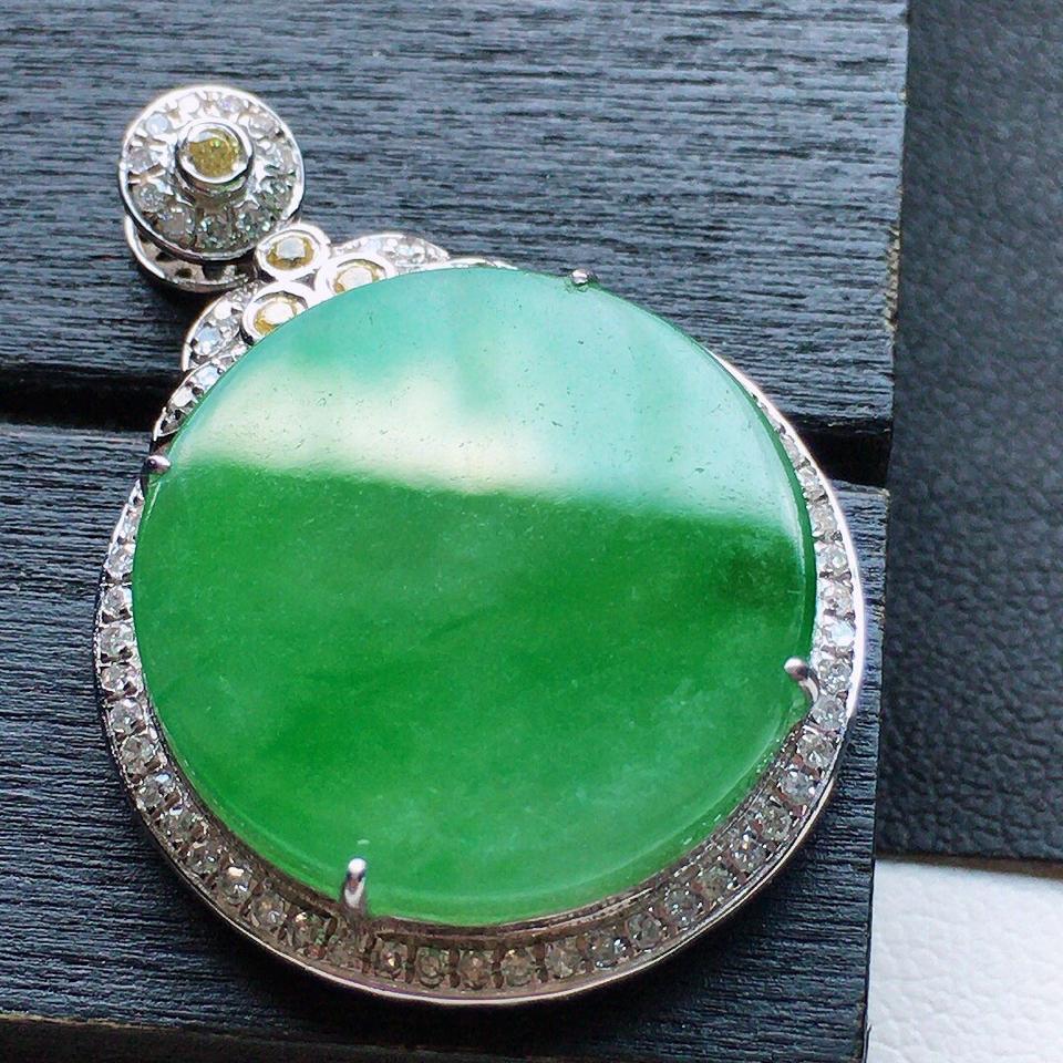 缅甸翡翠18K金伴钻镶嵌糯冰种淡绿圆形素面牌吊坠
