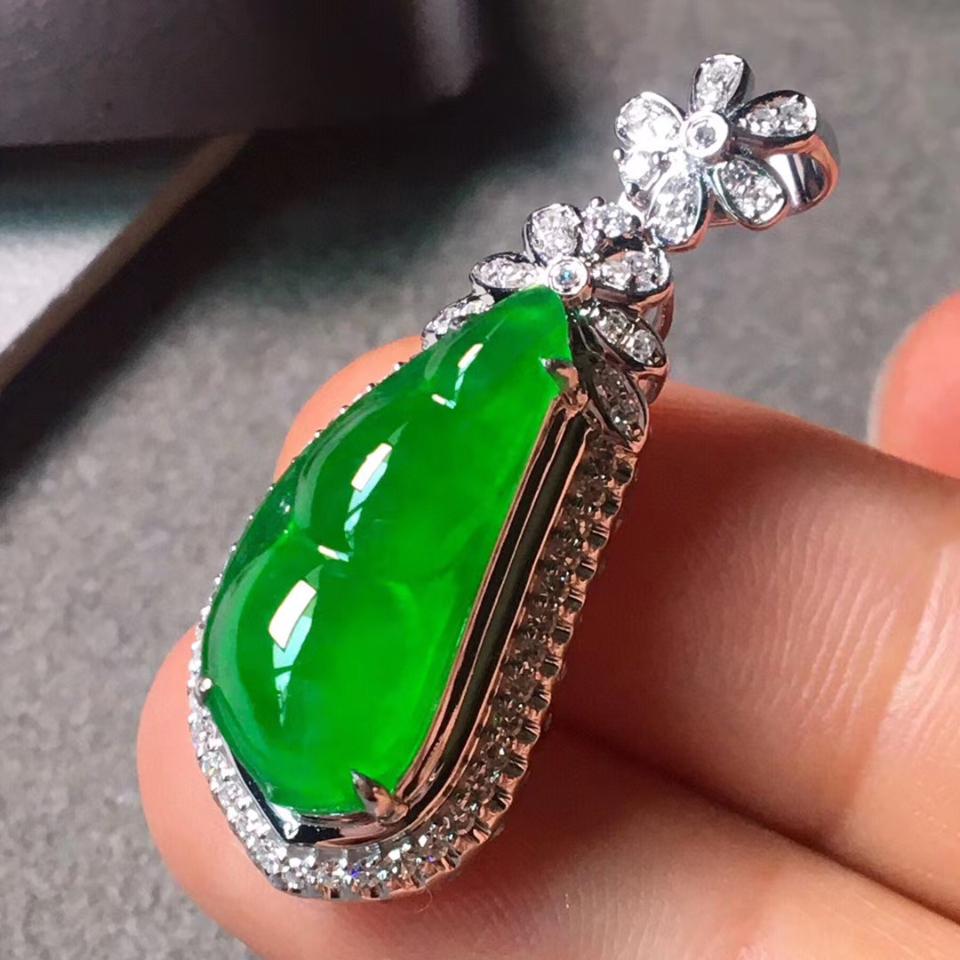 冰种阳绿18k金钻石镶福豆挂件翡翠