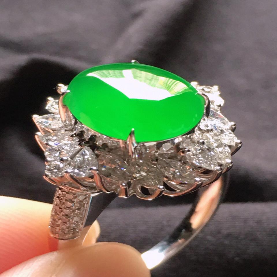 缅甸翡翠18圈口18k金伴钻镶嵌糯冰种满绿蛋面戒指