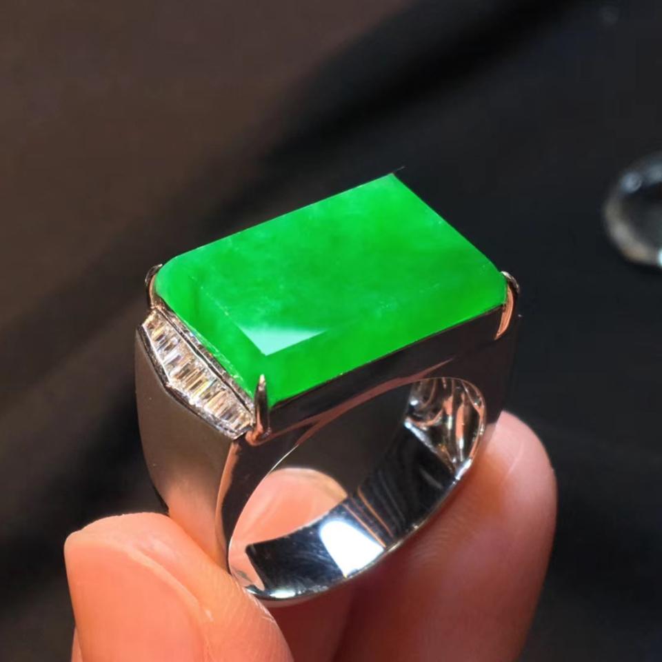 18k冰种阳绿马鞍戒指