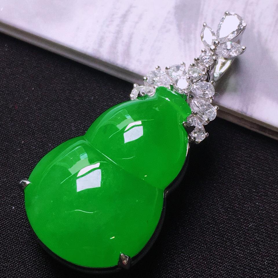 冰玻种满绿镶白金钻石葫芦胸坠翡翠