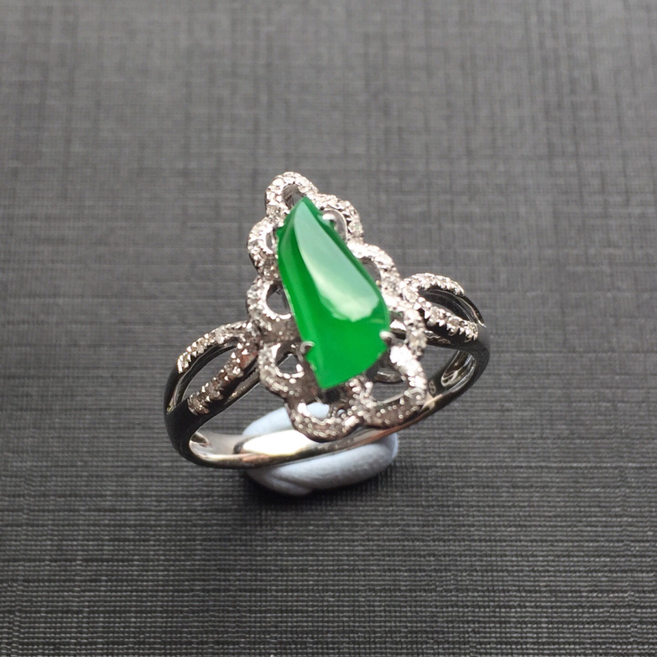 (超值推荐)镶白金钻石冰种阳绿翡翠戒指