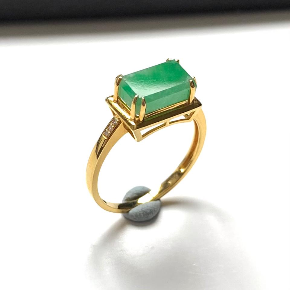 (超值推荐)镶18K金钻石糯冰种飘绿翡翠方形戒指