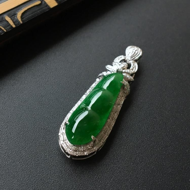 (超值推荐)糯冰种阳绿镶白金钻石四季豆胸坠