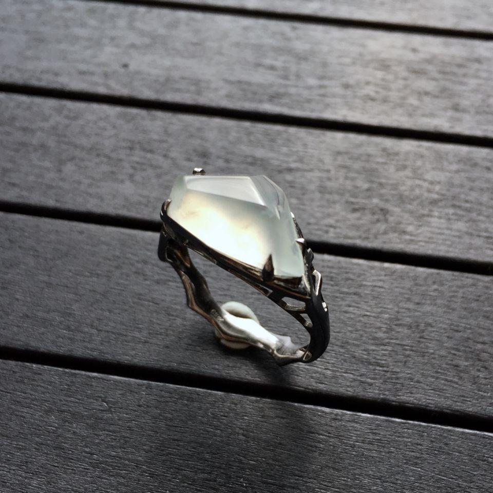 镶乌金冰种淡晴水随形戒指