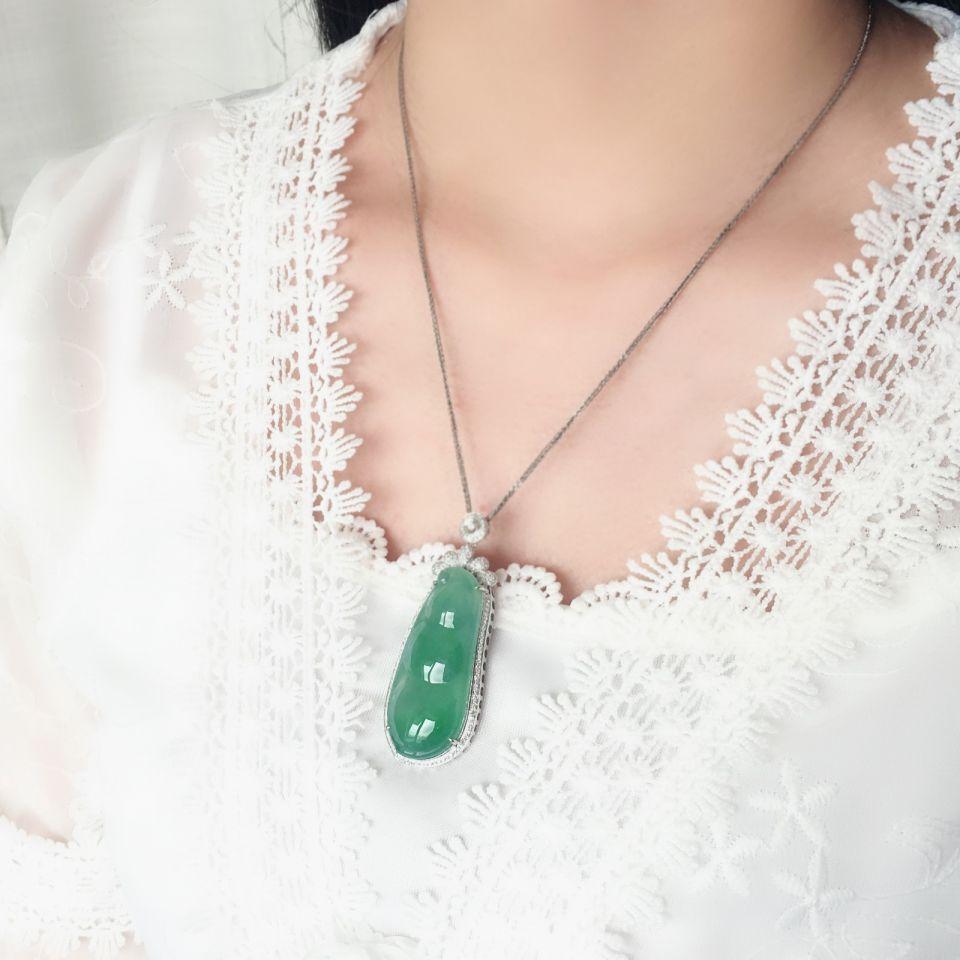 冰种绿晴水镶白金钻石四季豆胸坠